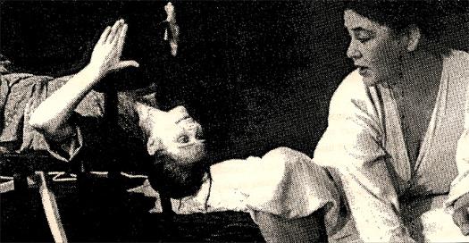Szenefot aus dem Theaterstück Die Weiße Rabe von Gisela Zies